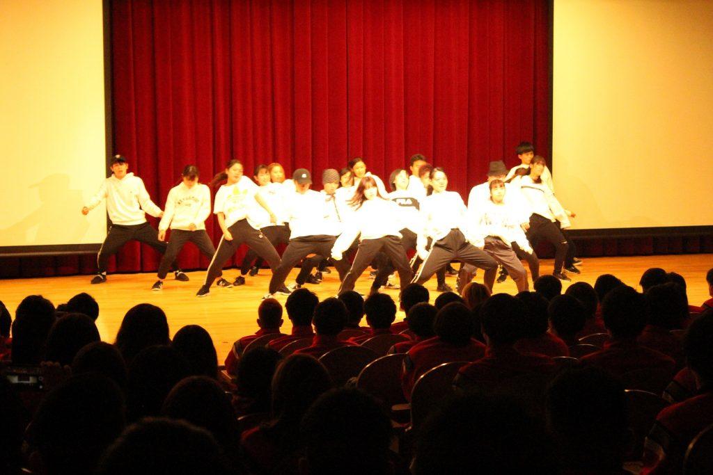 白と黒の衣装を着て、ダンスする様子の写真