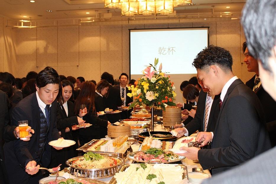 立食を楽しむ参加者の様子の写真