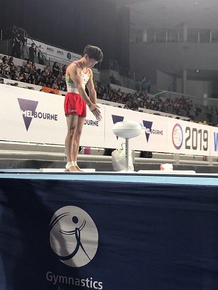 大会中の米倉選手を左下から撮影した写真