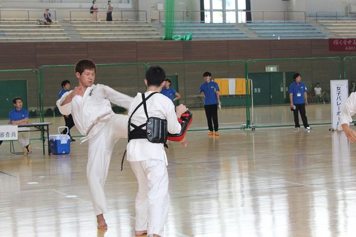 男子少林拳法部の練習の写真