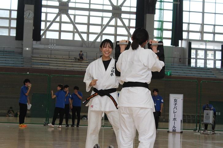 女子少林拳法部の練習の写真
