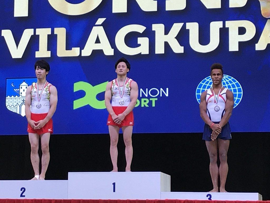 表彰台に立つ米倉英信選手の写真