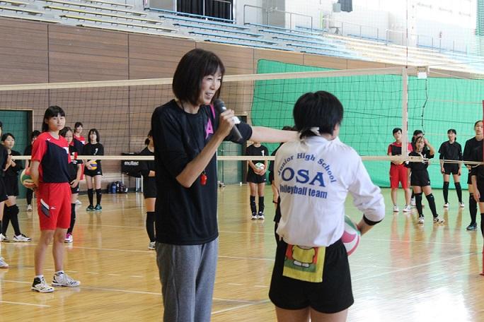 中学生に指導する大林さんの写真