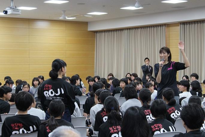 参加者の質問に左手を挙げながら答える大林さんの写真