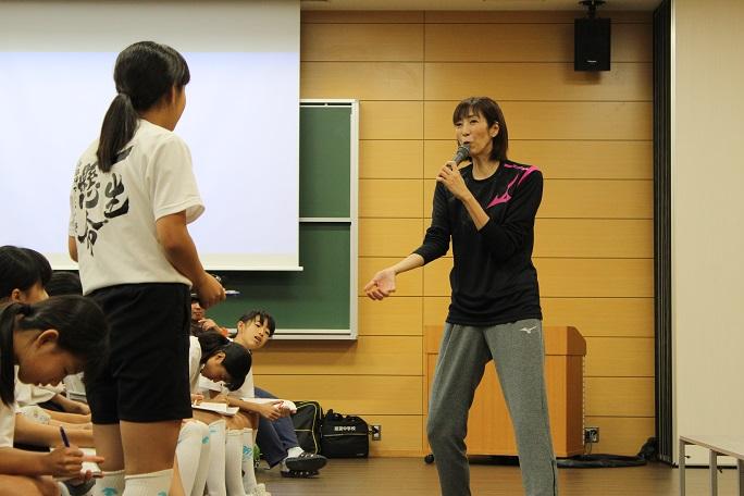 参加者の質問に身振りしながら答える大林さんの写真